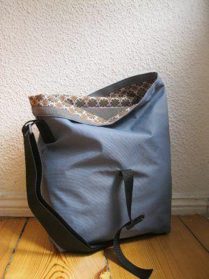 Taschen und Rucksätze für den Fahrradkindersitz. Graublauer Aussenstoff mit braun-orangem retro Innenfutter. Preis: 70,00€ (Der Stoff ist ein Gemisch aus Polyester und Baumwolle)