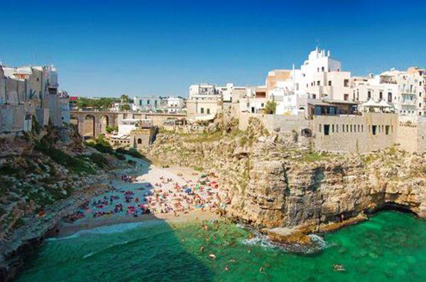 Tappa obbligatoria per ogni viaggio in #Puglia, #PolignanoAMare è un autentico gioiello con un panorama mozzafiato sulle acque cristalline e sapori fantastici da scoprire a tavola. 🌊  Ci sei mai stato? Se sì, inviaci foto e video ⬇️  #CosaVedereinPuglia #Pugliacom #WeAreinPuglia