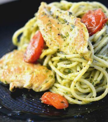 Σπαγγέτι με πέστο, κοτόπουλο σοτέ και ψητά ντοματίνια | Γιάννης Λουκάκος