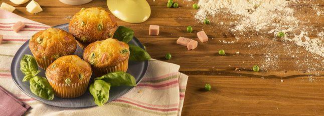Muffin Galbanino, prosciutto e piselli1 Galbanino da 270g 100 g di piselli 100 g di prosciutto Galbacotto Galbani 200 g di farina 3 uova 2 cucchiai d'olio extravergine d'oliva 100 ml di olio di semi 100 ml di latte 1 bustina di lievito per torte salate sale e pepe