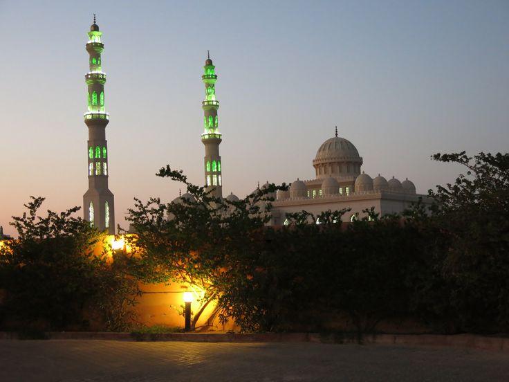 Центральная - самая большая мечеть Хургады.