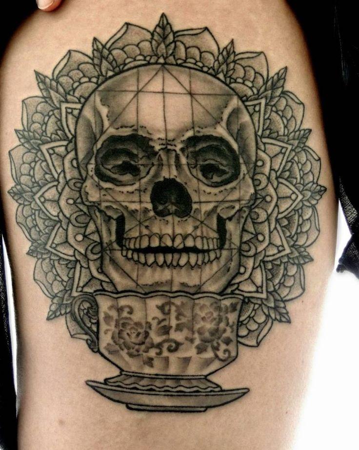 czaszka tatuaż na biodrze #skull #tattoo #skulltattoo
