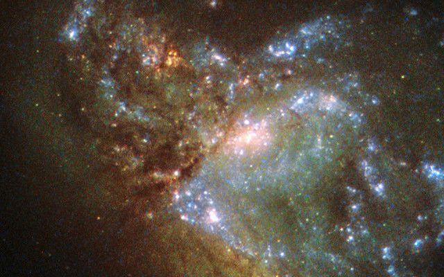 La fusione tra due galassie sta formando NGC 6052 In apparenza è una galassia anomala, conosciuta come NGC 6052, a causa della sua bizzarra forma. In realtà si tratta del risultato della fusione di due galassie con masse simili ancora in corso. #hubble