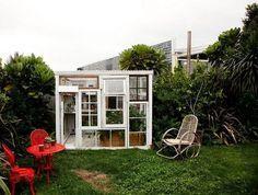 idées déco jardin DIY - un mini abri de jardin fabriqué en vieilles fenêtres