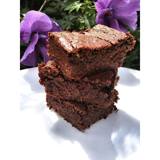 Vegan chocolate brownies!  Recipe 1/2 cup oat flour  1/2 cup cocoa powder  1/2 cup coconut oil  1/2 dessicated coconut 1/3 cup coconut sugar  1/3 cup maple syrup  2 ripe bananas  1 1/2 tspn baking powder  Mix all wet ingredients together than add the dry ingredients. Place in baking tray and cook for 35min  #brownies #chocolate #vegan #veganfood #veganrecipes #healthyeating #healthyfood #healthylifestyle #foodie #snack #treat #healthyrecipes #foodporn  Yummery - best recipes. Follow Us…