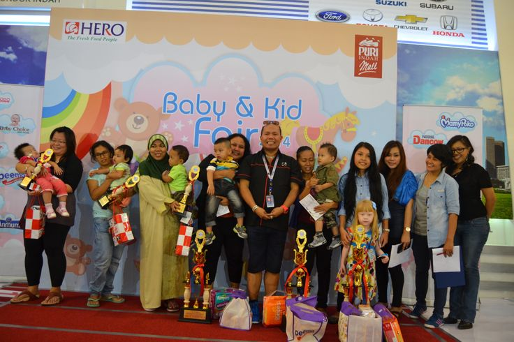 """Para Pemenang Lomba Baby Dancing """"Baby & Kids Fair 2014"""" bersama Juri dan bapak Lucky perwakilan dari Hero Puri Indah Mall.  Juara ke 6 : Peserta no 16 Juara ke 5 : Peserta no 13 Juara ke 4 : Peserta no 27 Juara ke 3 : Peserta no 18 Juara ke 2 : Peserta no 10 Juara ke 1 : Peserta no 1  Para pemenang mendapatkan Thropy, Bingkisan dari Peemo dan Voucher belanja dari Hero Supermarket."""
