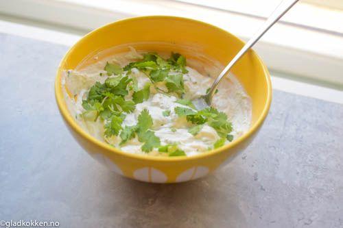 Dette er en frisk, sunn og smaksrik dressing som passer perfekt til grillet mat eller en salat. Denne dressingen er veldig enkel å lage og er gjort på noen minutter. Den friske deilige smaken fra d…