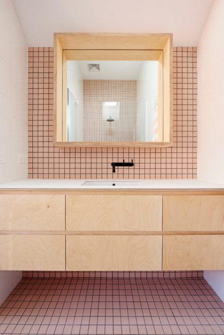 Moderne badkamer met witte en roze tegels