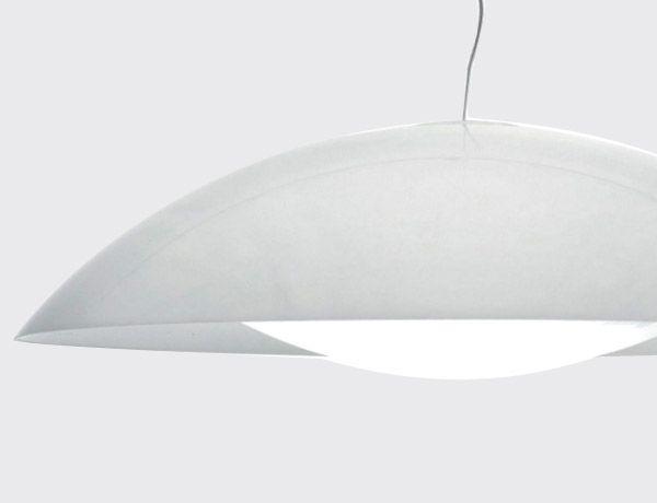 Lámpara Neutra blanca.  Diseño Ferruccio Laviani. Neutra es una lámpara de suspensión de color blanco compuesta por dos elementos, similares a dos conchas, que encierran la estructura. De forma circular y grandes dimensiones, tiene una extrema simplicidad formal.Diámetro de 90 cm.  http://es.ideesdisseny.com/eshop/illuminacio/sostre/lampada-neutra-blanca-id-1353.htm