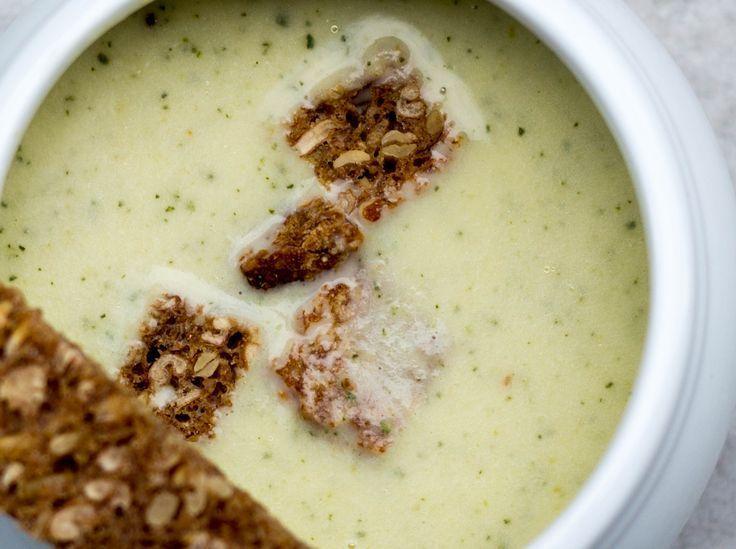 Einfache Zucchinicremesuppe-  mögen Suppe besonders gerne, wenn es etwas gibt, das mit dem Löffel rausgefischt werden kann, wie bei unserer Zucchinicremesuppe mit Knusperbrot.