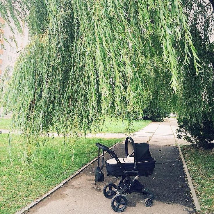 You'll find the parking break on Neo's handle in an easy and one-hand operation to stop on a slippery slope or on a tree's shade.   #relax #walk #stroll #green #park #summerstroll #pushchair #stroller #passeggino #poussette #cochecito #bebe #baby #babyproducts #kinderwagen #sundaystroll #concord #concordneo #goodmorning #repost @blank
