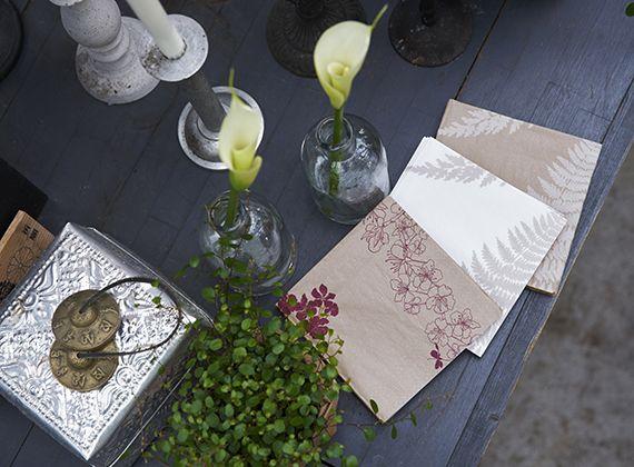 Falling flowers ja Filix -lautasliinat Dunin ecoecho-sarjasta. www.duni.com https://www.duni.com/fi/products/napkins/