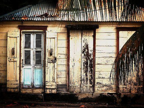 Vieille case créole en bois dans le centre-ville de Saint-François. Grande-Terre, Guadeloupe.