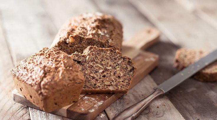 Koolhydraatarm brood bakken is makkelijker dan je denkt. Het recept is simpel en tijdens het bereiden staat het koolhydraatarme brood voor het grootste gedeelte in de oven. Het brood smaakt goed en is heerlijk met bijvoorbeeld een lekkere zelf gemaakte tonijnsalade of een simpel plakje kaas. Veel van onze bezoekers weten inmiddels dat een groot deel van onze...Lees verder