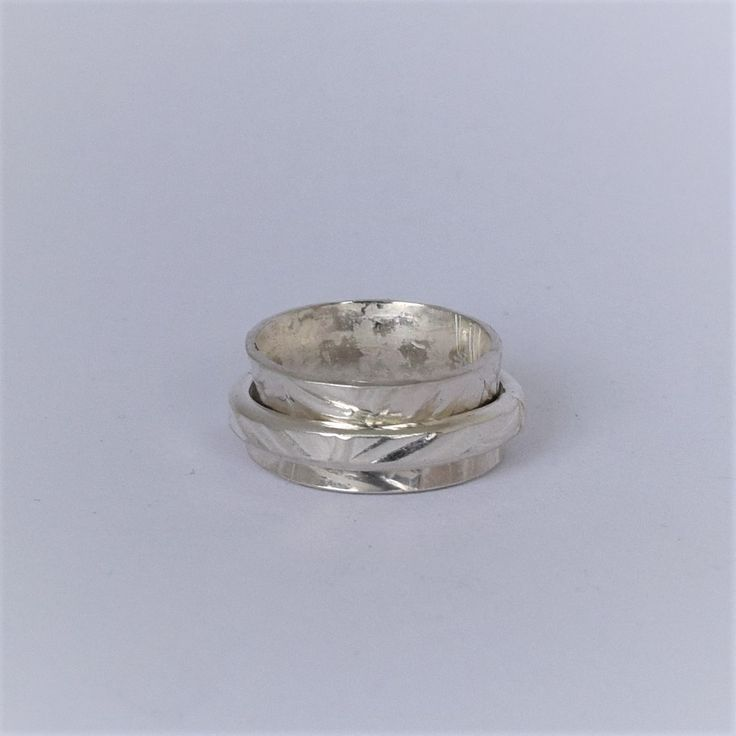 Product Description Sterling silver spinner ring, this piece is handcrafted at our Georgetown studio. Fern embossed bands. . Size 3.25