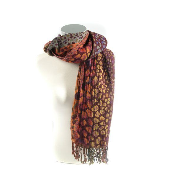 Wollen sjaal met franjes, draag in combinatie met een lange a-lijn 60's jas en grote tas, net als filmster Jessica Alba