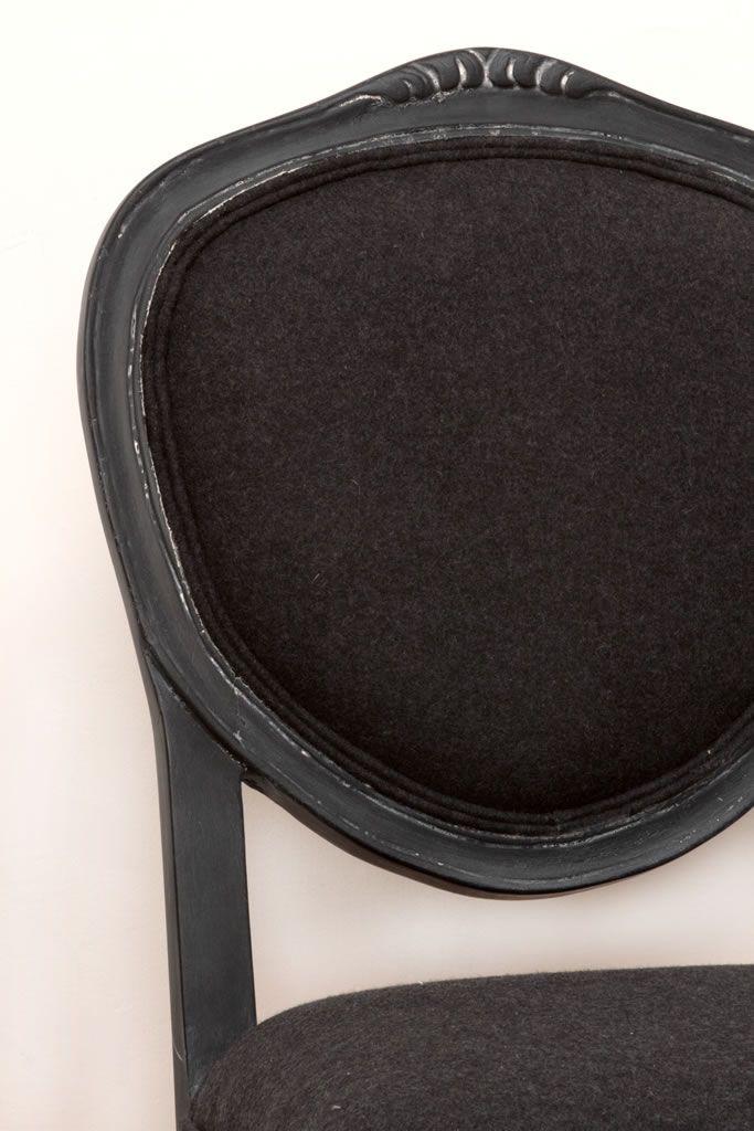 Silla de madera restaurada con pintura negra y tela de la mejor calidad by BERKANA Shop