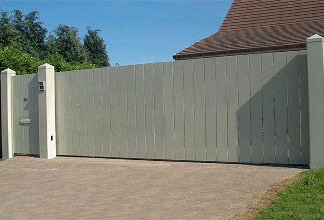 Schuifpoort op rail: alu platen +/-200mm breed doorkijk +/-10mm