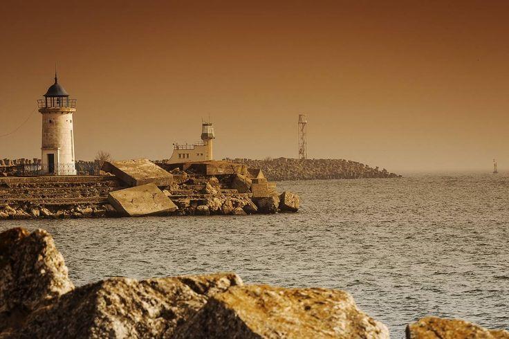 Vechiul Far Genovez din Mangalia  Farul se zărea pe fundalul mării, printre marginile caraghioase ale stabilopozilor, anticipând parcă tumultul de peste zi al pescăruşilor obraznici şi gălăgioţi, dar şi al pescarilor amatori. - Stelian Tanase