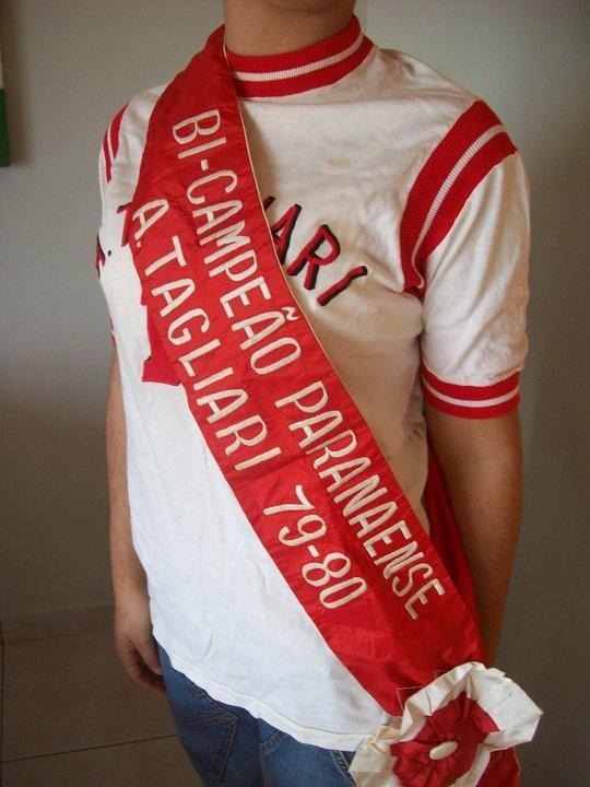 Diana Marin posou com a camisa e a faixa de bicampeões paranaense. Antes que alguém pergunte, ela posou para as fotos por que as camisas não entram mais em mim. Devem ter encolhido!?