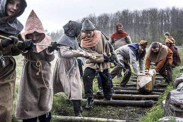 Se foto og video: Skoeleelever satte den første stolpe til Vikingebroen