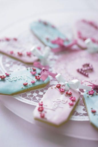 Cookie name tags with little flowers and ribbon. Sweet idea for Easter guests (could even make them in the shape of an egg!).