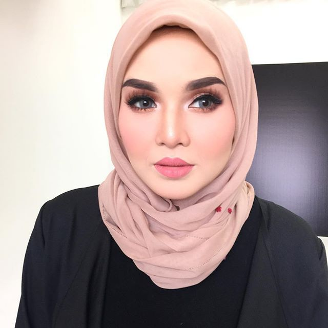 Patung sgt kak unaaaa neh!!!!!! @husnamustaffa shoot for @icahfa by @dakteropong @veo_studio i ouls stress to see kak una face  nape iols x cantik mcm tu  . #blushbysyafiqah #reception #makeupbysyafiqah #makeupartistkl #muakl #mua #makeuptunang #makeupnikah #makeupkahwin #studiomakeup #eventmakeup #nars #narsmalaysia #sayajualservice #makeupservice #hijab #hijabista #hijabmodel  #muslimah #mac #urbandecay #realtechnique #inglot #nafura #macmalaysia #reception #solemnization #engagement