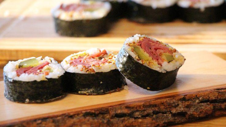 Une recette de maki au smoked meat et cornichons frits, présentée sur Zeste et zeste.tv