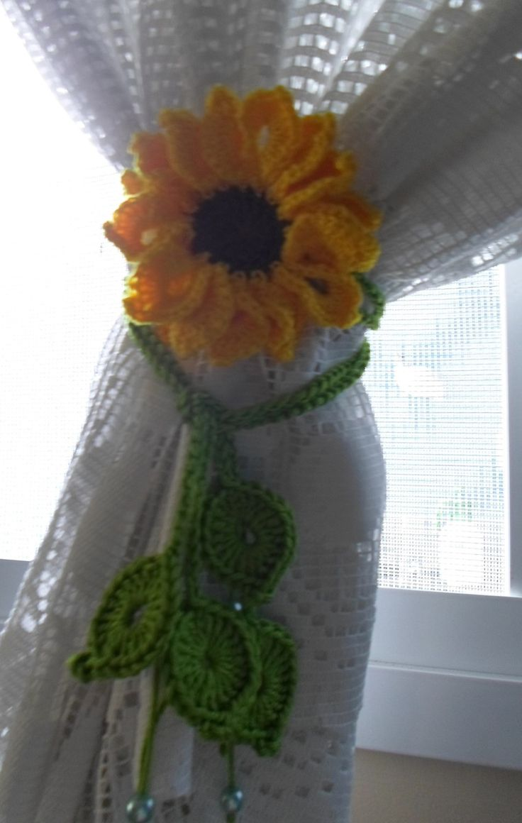 Prendedor de cortina feito em crochê, motivo girassol de 9 cm.  O prendedor possui dois cordões de correntinhas (75 e 90 cm) de crochê para dar um charme a sua cortina. Faço os cordões no tamanho desejado. Consulte o laboratório  Valor corresponde à unidade e não ao par.