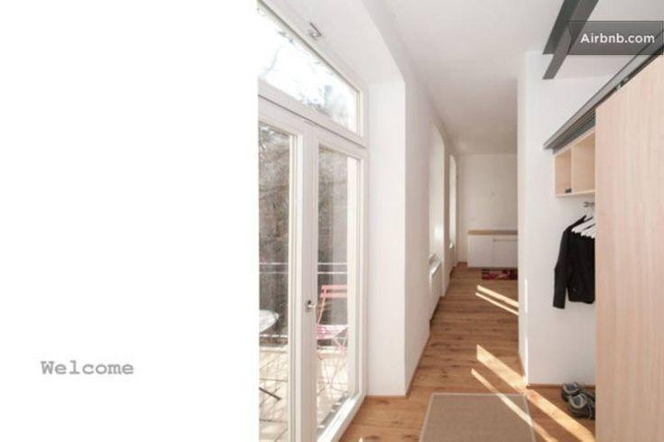 Wohnung in Wien, Österreich. Helle, von Grund auf renovierte Wiener Altbauwohnung, anspruchsvoll und zurückhaltend möbliert, 65 m2 mit 3 Zimmer und Balkon.  Schlafzimmer mit Doppelbett (160 cm breit) Wohnzimmer mit optionalen Schlafsofa (140 cm breit) getrennt begehbar  Helle...