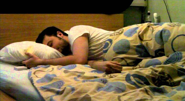 """Pillow Talk : L'oreiller qui dit """"Je t'aime"""" Chuchotez des mots doux à votre oreiller, et il les transmettra à votre amoureux longue distance..."""