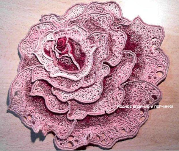 Hermosa rosa en el uso de cable de gusenichka - tejido de moda INSTRUCTIVO