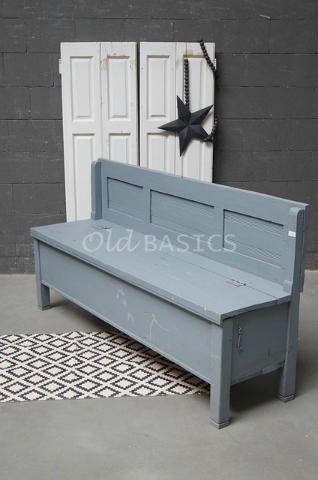 Origineel oude houten klepbank met een blauw grijze kleur. De bank heeft geen armleuningen, de rugleuning heeft panelen met daarin ribbels. De zithoogte is: 48 centimeter.