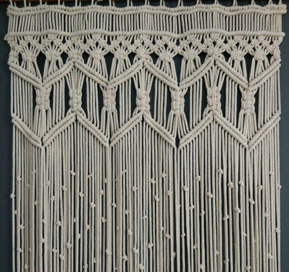 Grote Macrame muur hangen. Kan ook worden gebruikt als een vensterbehandeling!  Dit is een handgemaakt Wall opknoping gemaakt met katoen touw ≈5mm(3/16) dik  Door het bestellen ontvangt u een nieuw item en niet degene op de foto. Dit kan ook worden gemaakt in aangepaste afmetingen.  Afmetingen in photo(Approximately):  Breedte: 29.5 inch (76cm) Lengte: 74 inch (190 cm) * Totale gordijn lengte wordt gemeten vanaf bovenkant van gordijn staaf! ** Gewicht van een een item van deze grootte: 4...