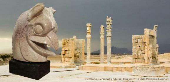 Skyline Shiraz - Iran: Het beeld Griffioen is gemaakt van Rode Indiaas speksteen en staat op een hardstenen sokkel