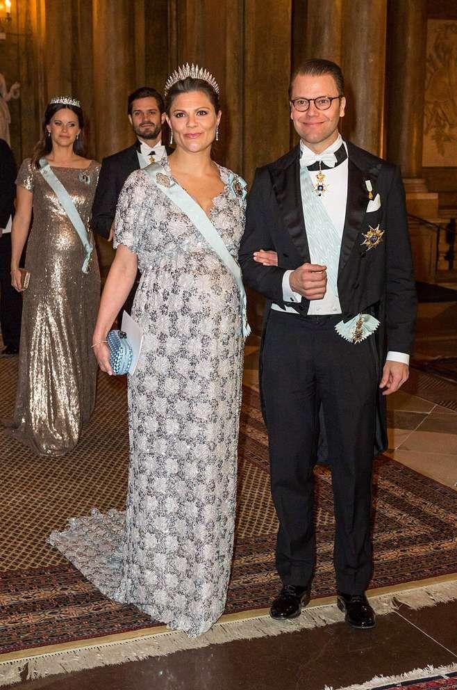 Hiljattain Victoria suorastaan sädehti upeassa, hopeanhohtoisessa ja kauniisti kirjaillussa iltapuvussaan valtion virallisilla illallisilla Tukholman kuninkaanlinnassa 3. 2.2016.