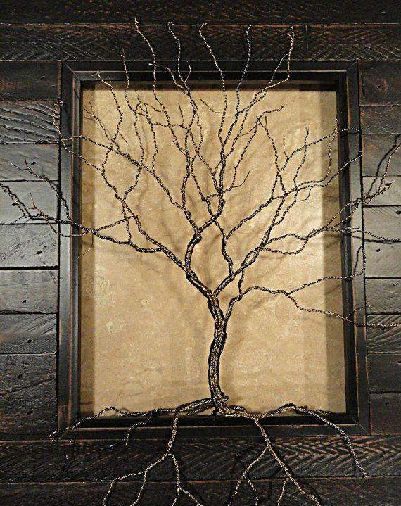Diese wunderschön gearbeiteten Draht-Baum sitzt in einem gequält, dunkel braun gebeizt, geretteten Holzoptik-Foto-Rahmen. Seine Zweige und Wurzeln