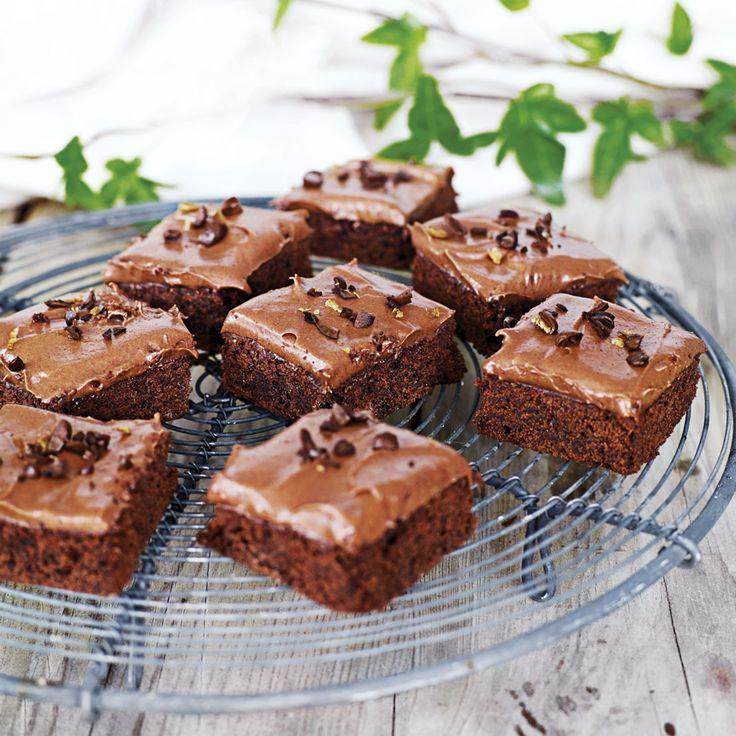 Det är mycket chokladsmak i dessa brownies som toppas med en glasyr smaksatt med kaffelikör.
