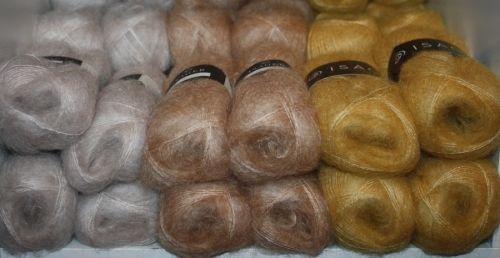 """ISAGER Silk Mohair (1) 70% super kid mohair og silke 30%                                             Nøstene er 25gr og 212m pr nøste                                            Strikkefasthet 23m pinne nr 3,5mm enkel tråd Silk Mohair. Garnet har en meget """"fluffy"""" overflate, det er særdeles lett og mykt. Kan ..."""