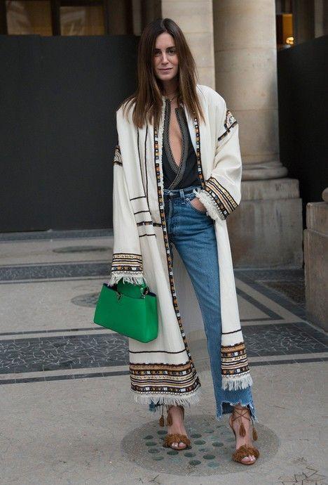 Coup de ♥ pour ce #look : long manteau brodé porté sur un jean #mode #fashion