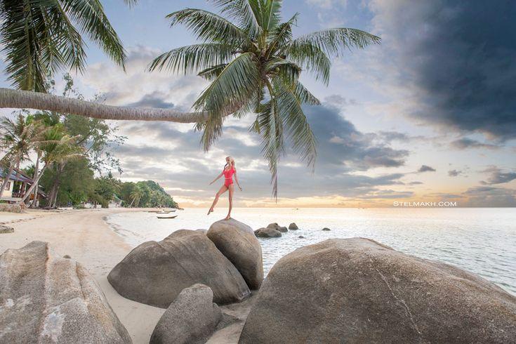 Про море, пальмы и красный купальник. А здесь купальник больше похож на вечернее платье. http://stelmakh.com/4-fotografii-s-krasny-m-kupal-nikom/