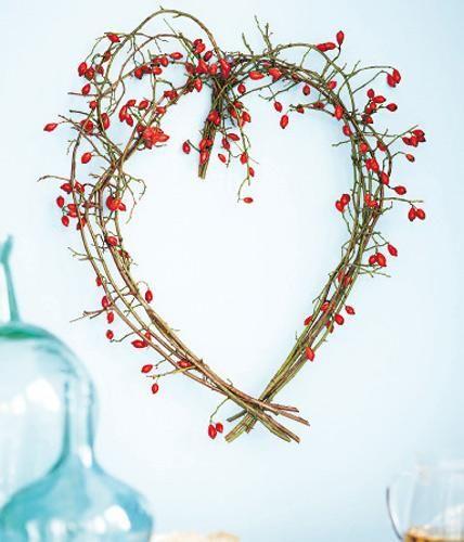 Sag es durch die Hagebutte! Für die Botschaft an der Wand acht etwa 50 cm lange Zweige, hier von der Hundsrose, zunächst an einem Ende mit Blumendraht...