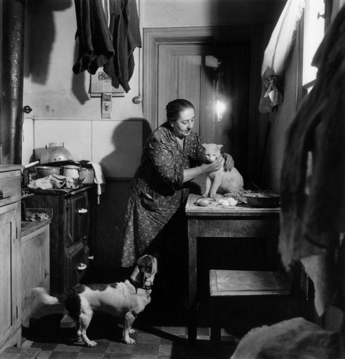 """Robert Doisneau - 'Concierge au """"chat blanc""""'"""