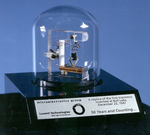 Replika pierwszego tranzystora firmy Bell Telephone Laboratories.