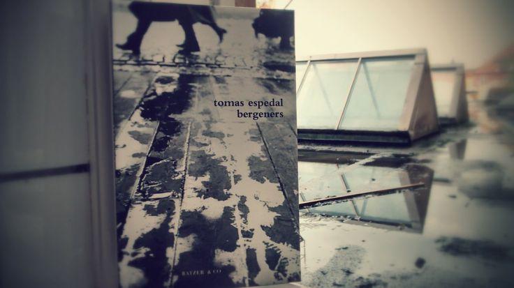 Tomas Espedal har skrevet en bog om sin by, sådan som den tager sig ud set på afstand fra en række andre byer.