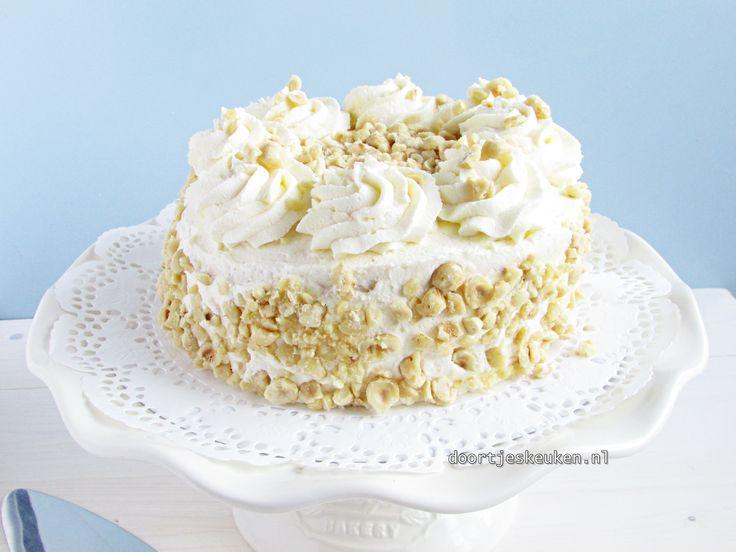 Kijk hier voor het lekkerste recept voor zelfgemaakte hazelnootschuimtaart . Niks is lekkerder dan het knapperige van het schuim en nootjes met de slagroom