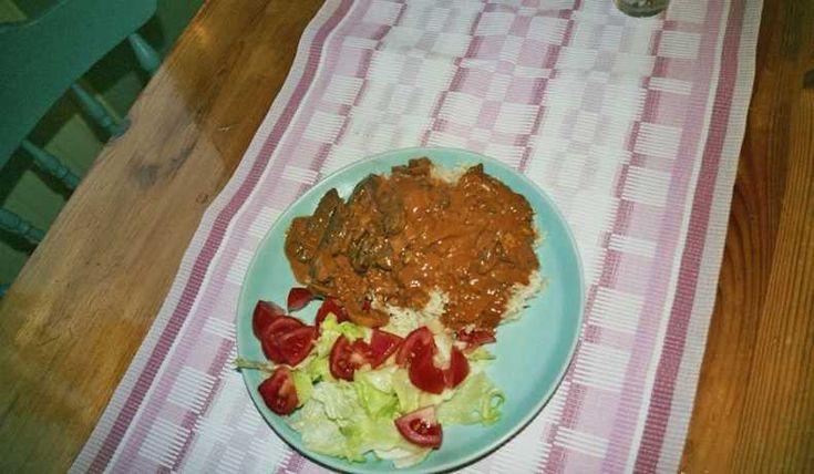 Ett enkelt recept på den klassiska rätten biff stroganoff. Serveras med ris och sallad.