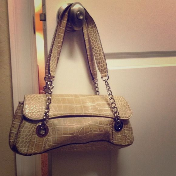 ⌛️Last day Champagne snakeskin-ish shoulder bag Great neutral shoulder bag by Nine West! It has silver all throughout to give a little extra shine to it. Not real leather. Has a divider inside with pockets. Holds a lot. Has another flap on the outside. Magnetic closure. EUC. Nine West Bags Shoulder Bags