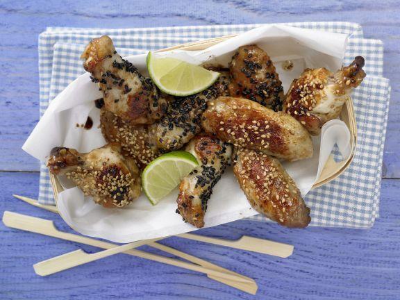 Knusprige Hähnchenflügel: Die Hähnchenflügel sind mit Sojasauce mariniert und kommt aus der Pfanne. Hähnchenfleisch ist Lieferant für B-Vitamine.