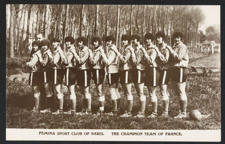 Femina Sport Club de Paris l'Equipe de France championne de footbal féminin, carte postale, années 1920-30 (Collection MNS). #Sport #Histoire #Football #Foot